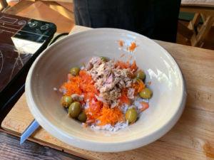 añadimos atún a la ensalada de arroz