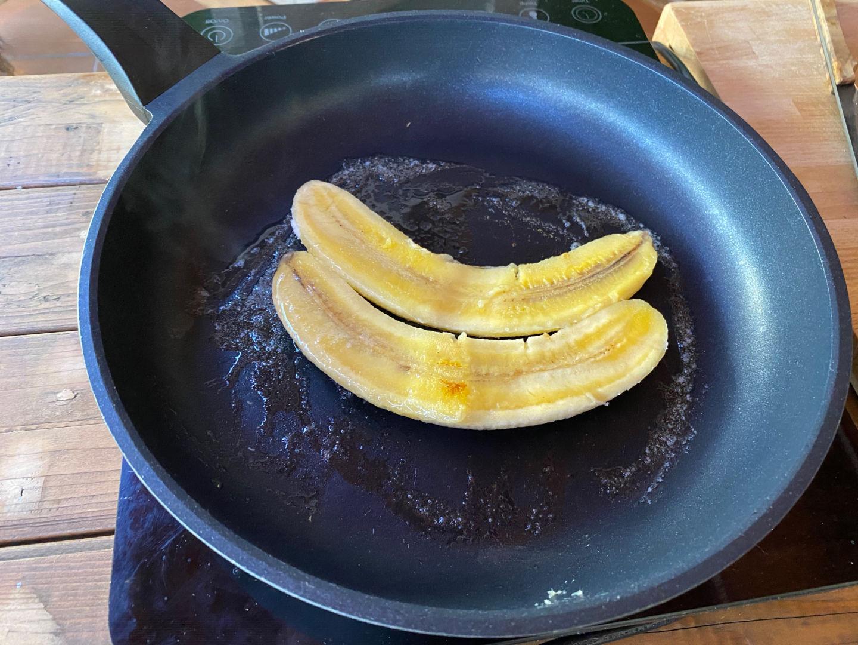 freír los plátanos partidos a la mitad