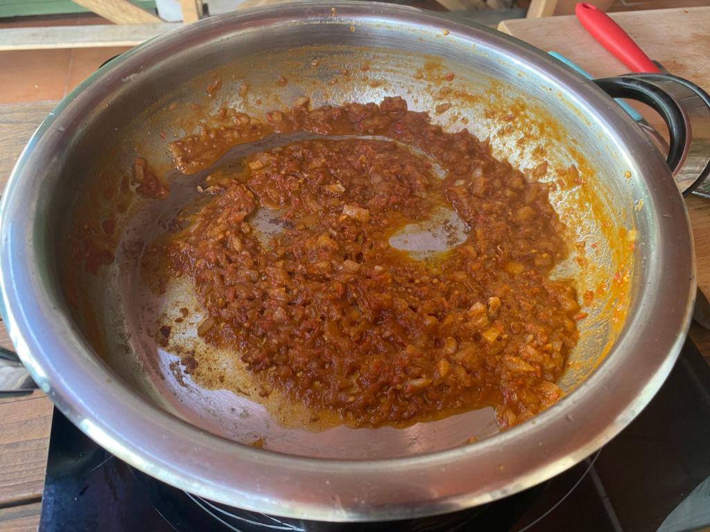 Añadir pimentón, hebritas de azafrán y tomate rallado