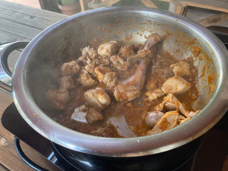 Majado con diente de ajo, perejil, los higaditos del conejo y sal