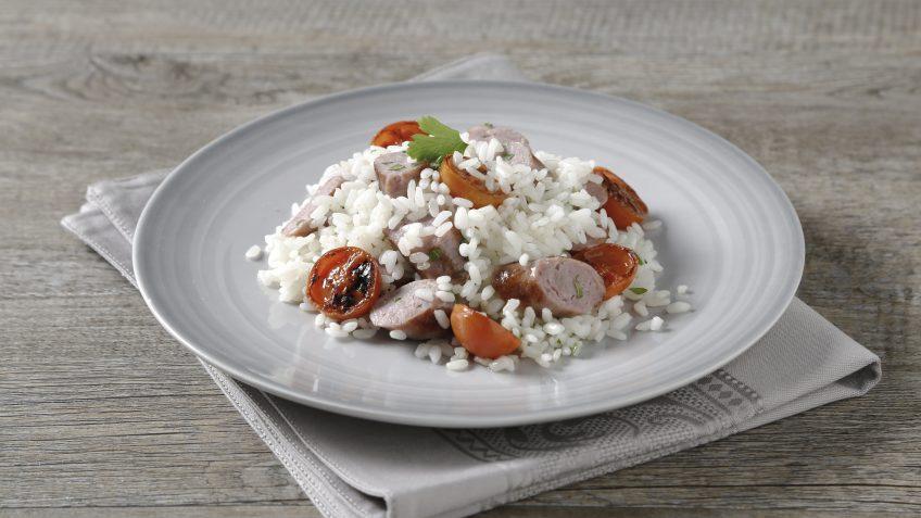 Arroz con salchichas y tomates cherry