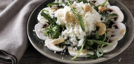 Arroz con champiñones, queso, rúcula y anacardos