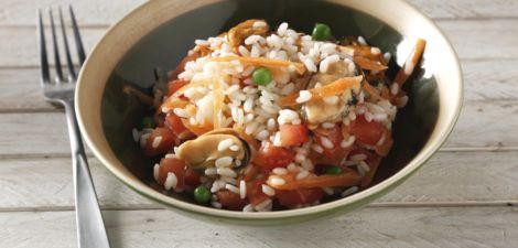 Arroz con tomate, mejillones, guisantes y zanahoria