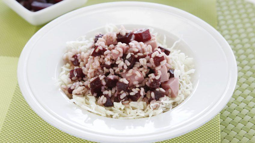Ensalada de arroz integral con remolacha, pavo y vinagreta de miel