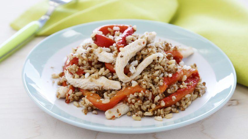 Arroz integral con quinoa, tiras de pollo y pimiento asado
