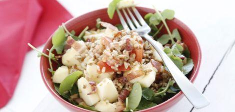 Ensalada de arroz integral con quinoa, beicon y manzana