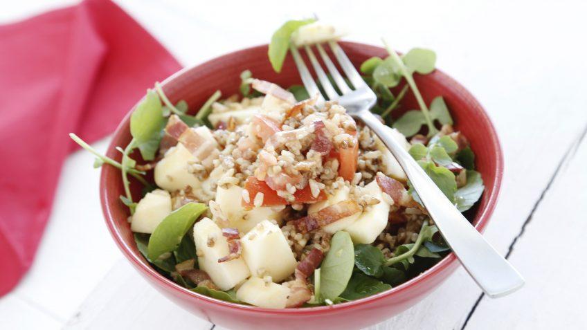 Ensalada de arroz integral con quinoa, manzana y beicon