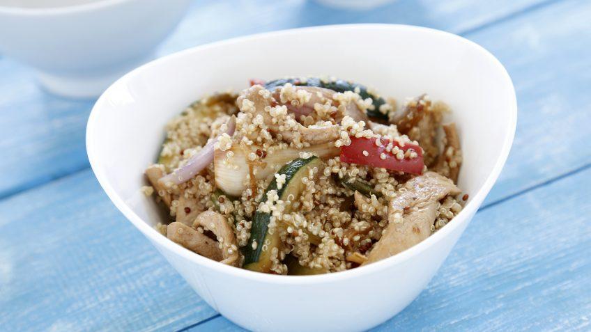Quinoa con verduras salteadas y pechuga de pavo
