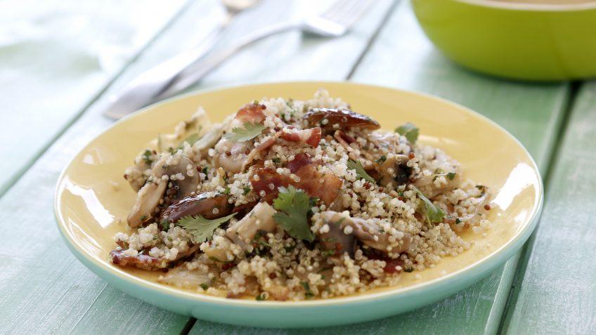 Salteado de quinoa, beicon, cebolla y dátiles