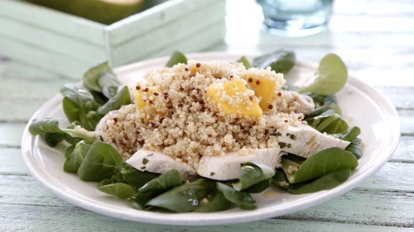 Ensalada de quinoa, pollo y mango