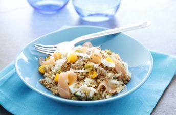 Ensalada de arroz integral con quinoa, salmón y huevo