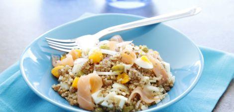Ensalada de arroz integral con quinoa, huevo y salmón