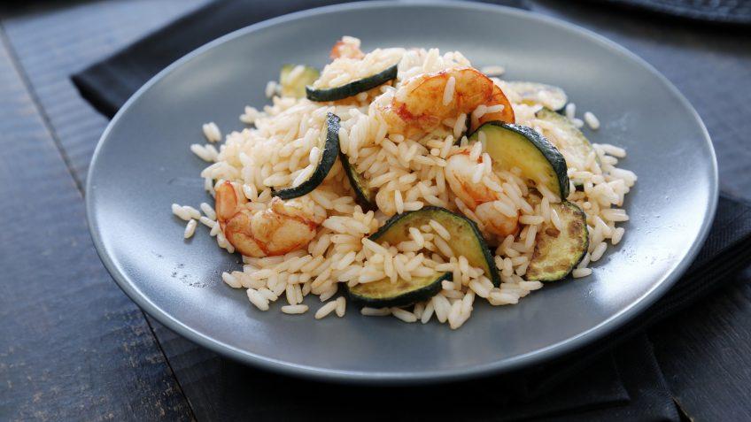 Salteado de arroz de lima y albahaca con calabacín y gambones