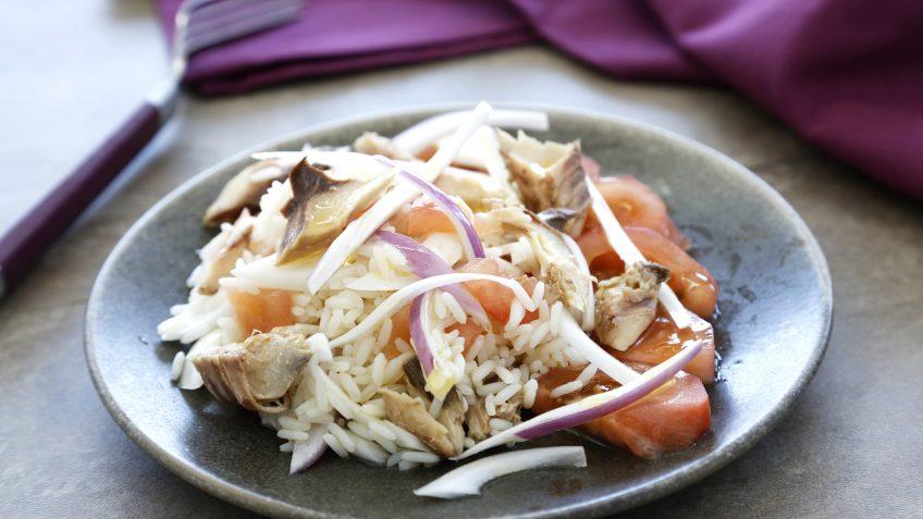 Ensalada de arroz de lima y albahaca con caballa y tomate