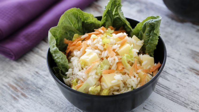 Ensalada de arroz de lima y albahaca con queso, zanahoria y cogollos