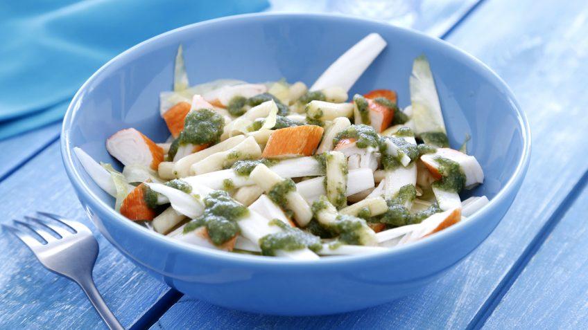 Ensalada de macarrones con surimi y pesto