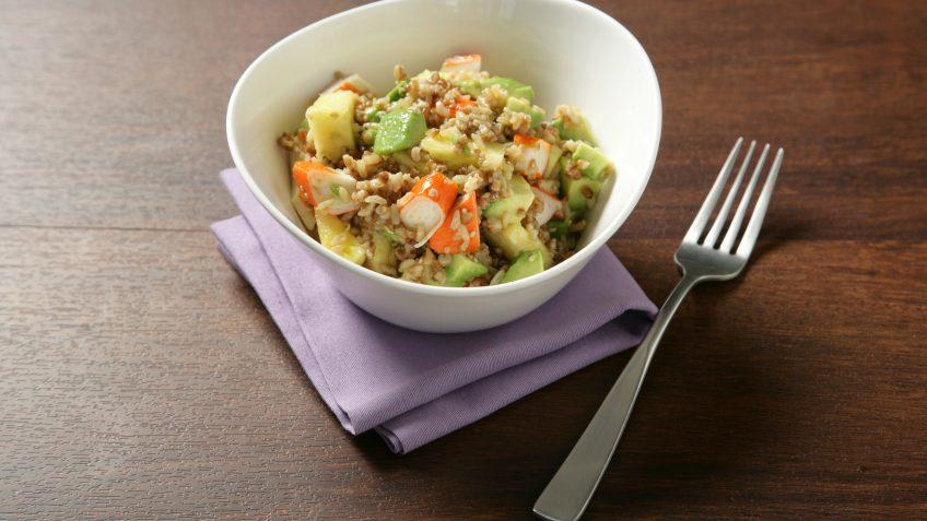 Ensalada de arroz  integral con quinoa, aguacate y cangrejo