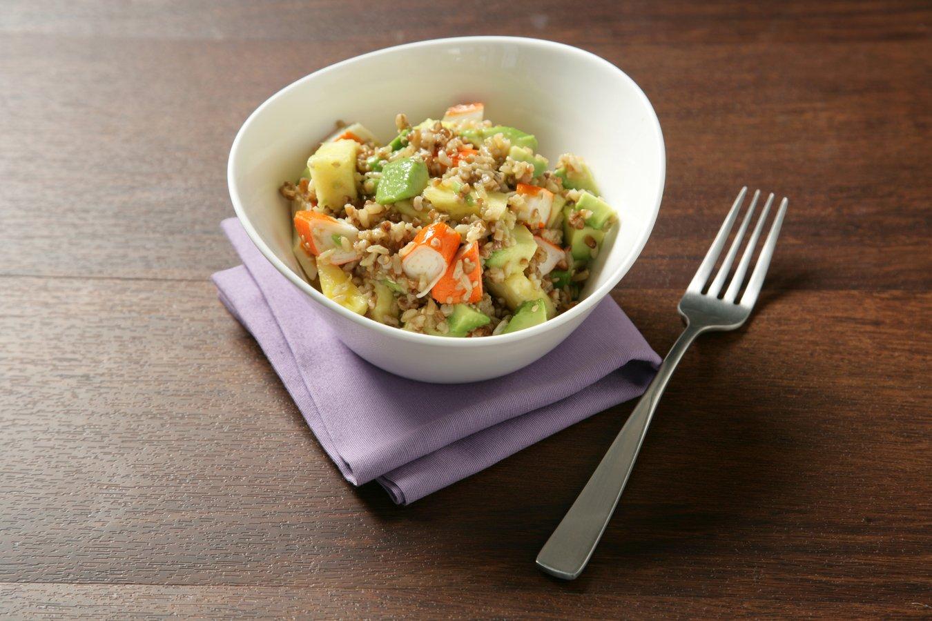 Arroz integral con quinoa, aguacate y cangrejo