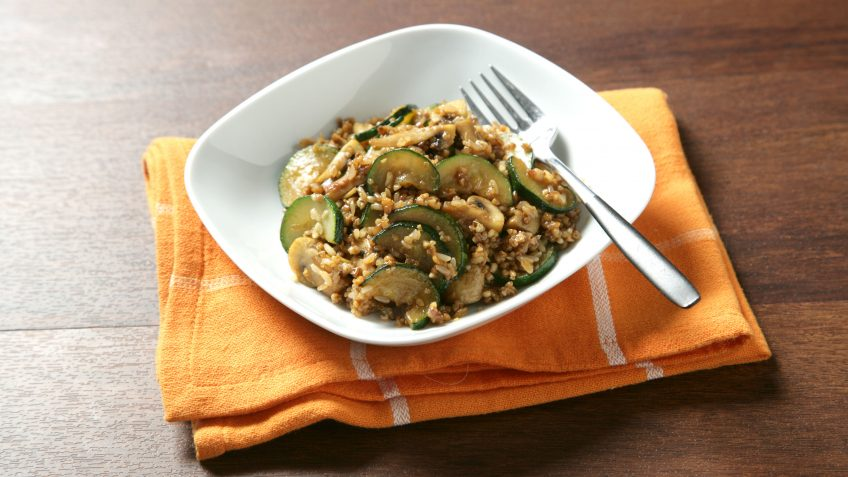 Salteado de arroz integral con quinoa, champiñón y calabacín