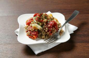 Ensalada de pimientos, arroz integral con quinoa y anchoa