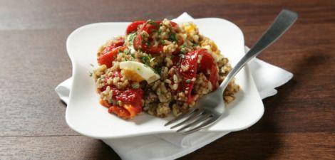 Ensalada de arroz integral con quinoa, pimientos y anchoa