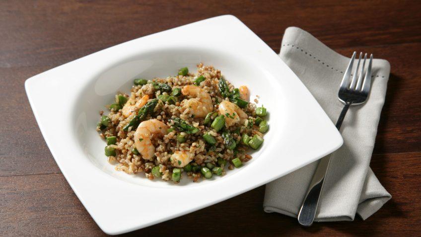 Salteado de trigueros y gambas con arroz integral con quinoa