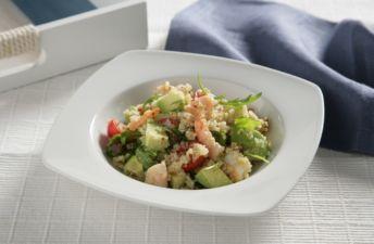 Quinoa con aguacate, tomate y gambas