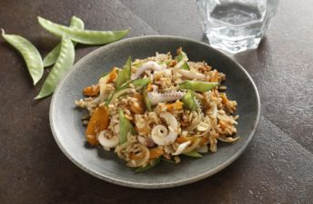 Salteado de tiras de calamar con arroz integral con soja
