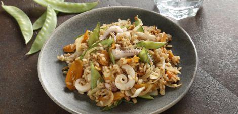 Salteado de arroz integral con soja y tiras de calamar