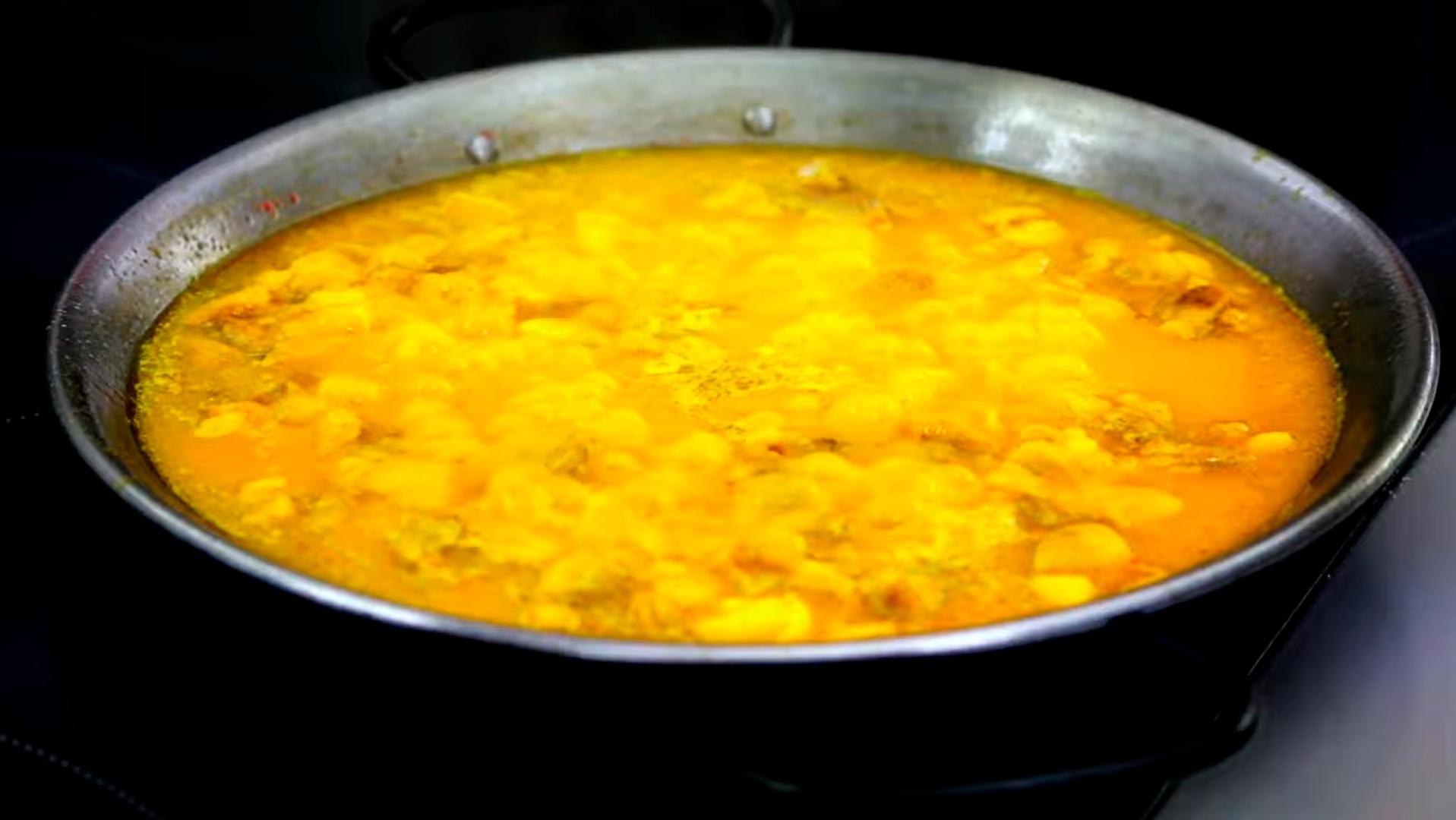 Una vez que el caldo entre en ebullición incorporamos el arroz y dejamos cocer durante 18/20 minutos.