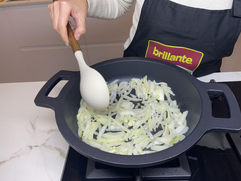 se sofríen la cebolla y el diente de ajo en la sartén