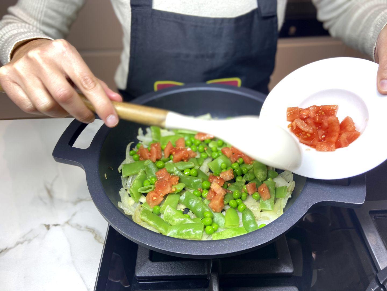 añadir el tomate cortado a daditos