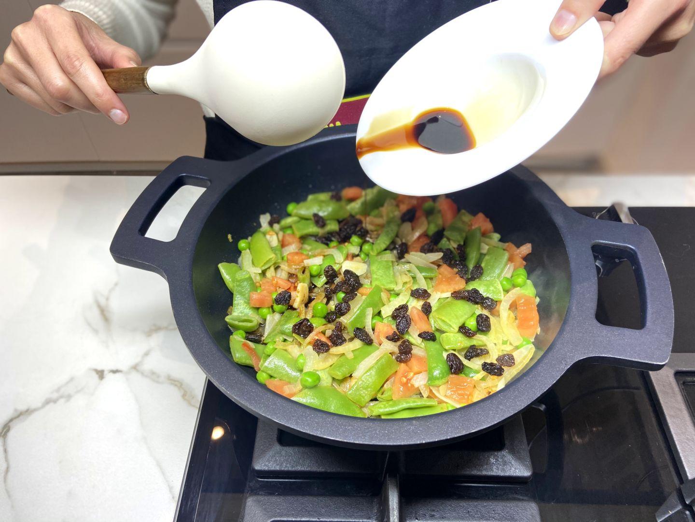 incorporamos la salsa de soja a la sartén