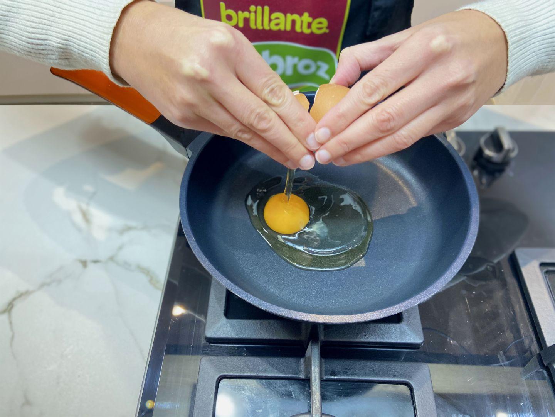 se ponen a freír el huevo