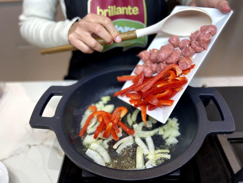 agregar el pimiento cortado en tiras y la carne de las salchichas