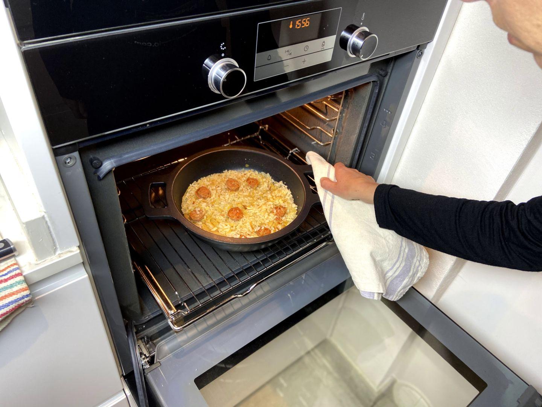 introducir el arroz con chorizo en el horno