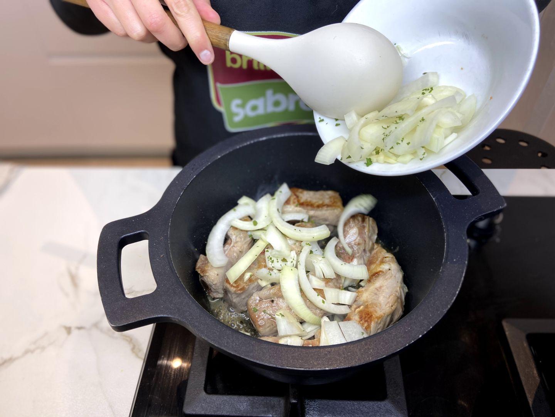 incorporar la cebolla, el ajo y el perejil