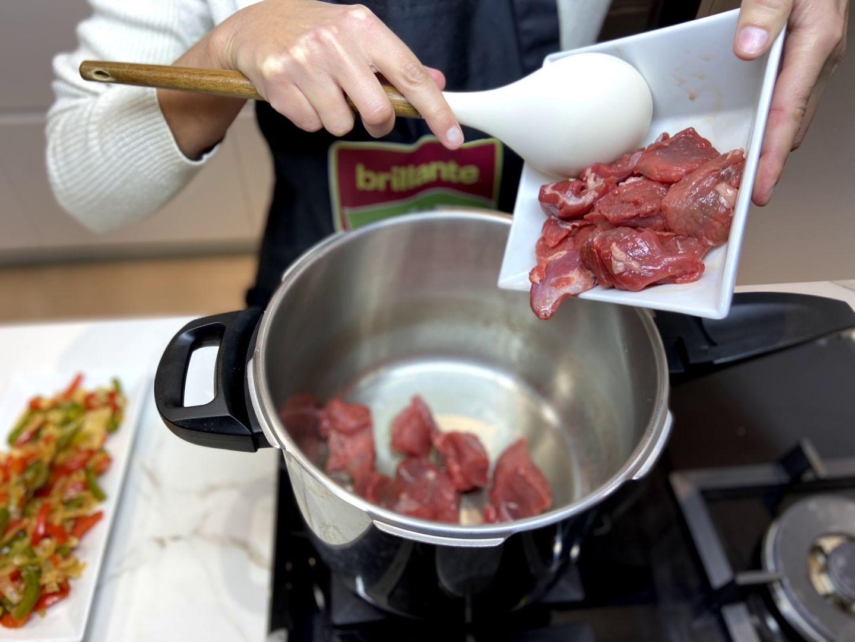 añadimos la carne de toro a la olla a presión