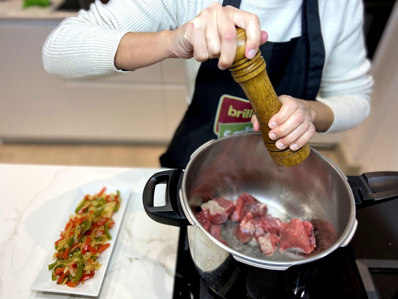 espolvorea la carne con un poco de pimienta molida