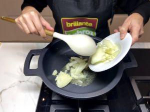 añadimos la cebolla a la sartén