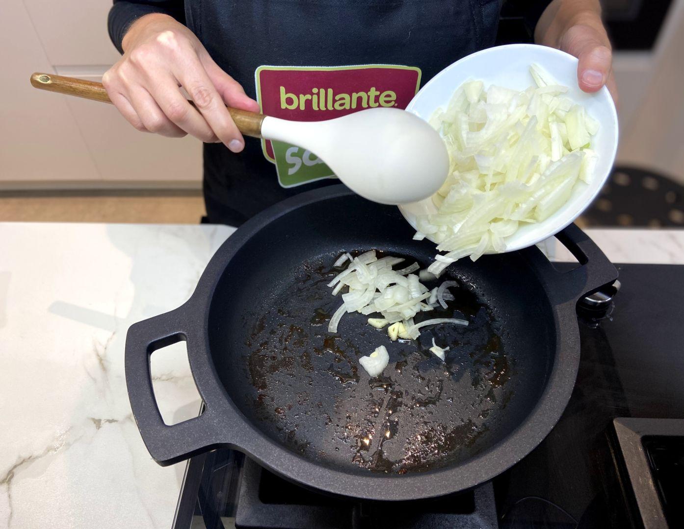 echar la cebolla y el ajo picado a la sartén