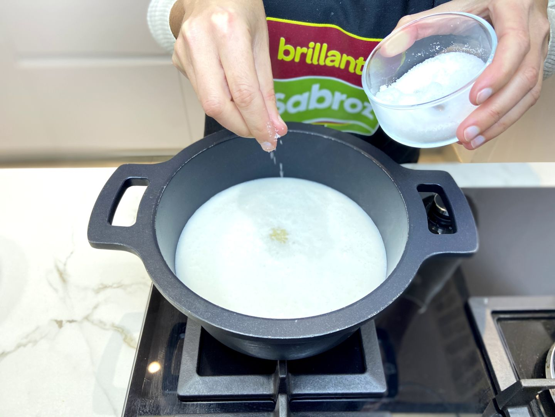 añadimos la sal al arroz con coco