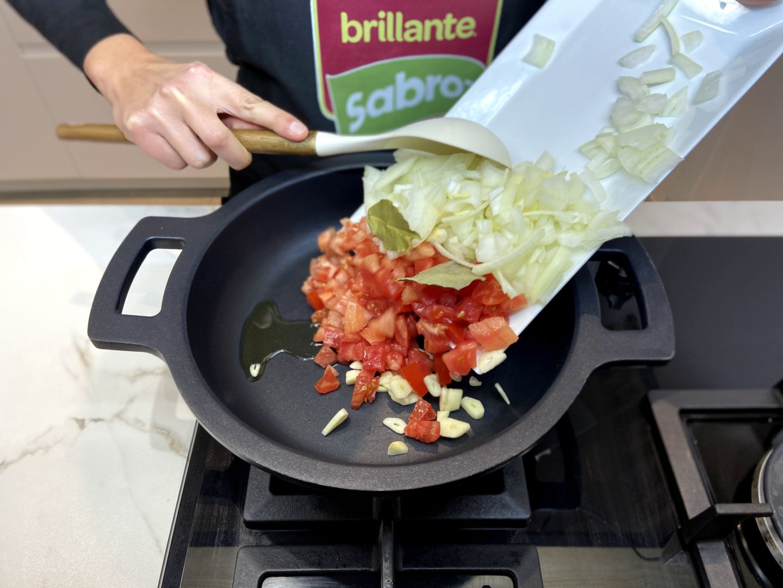 sofreír el tomate, la cabeza de ajo y el laurel