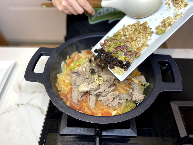 agregar pasas, almendras picadas, piñones y pistachos
