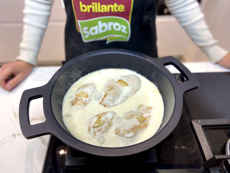se cuece la nata con la pechuga de pollo y los ajos