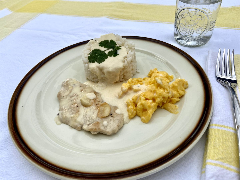 Arroz con pechuga de pollo, nata y tortilla