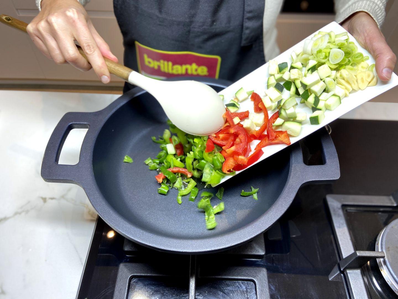 rehogar el calabacín, la cebolleta, el pimiento y el ajo