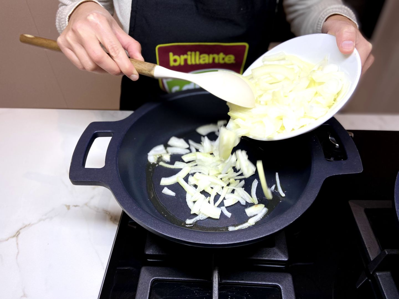 rehogamos la cebolla en la sartén