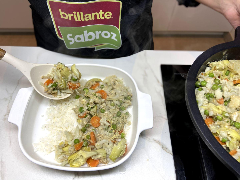 colocar capas de arroz y revuelto de verduras