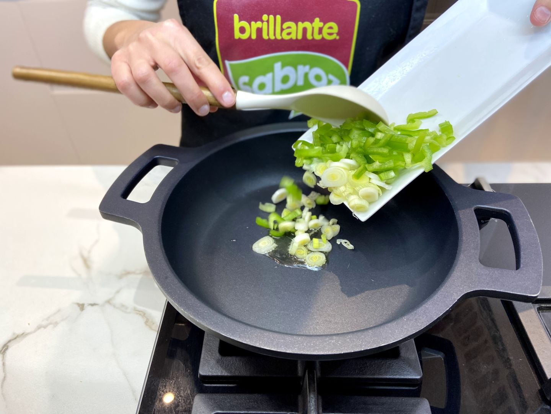 añadimos la cebolla y el pimiento verde a la sartén